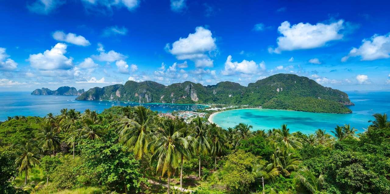 Wyspa Phi-Phi (Tajlandia) - Wyspa Phi-Phi leżąca w granicach Tajlandii została zamieszkana w latach czterdziestych XX wieku przez muzułmańskich rybaków, którzy przybyli tutaj w poszukiwaniu korzystnych miejsc do połowów (12×6)