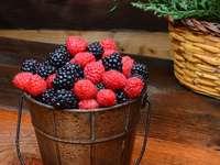 Owoce leśne w wiaderku