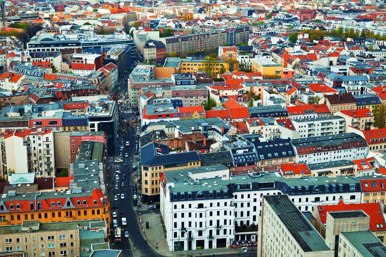 Berlin z lotu ptaka (Niemcy) - Berlin to trzecie pod względem wielkości miasto w Unii Europejskiej. Niespełna czteromilionowa metropolia została podzielona na dwanaście dzielnic administracyjnych. Pierwsza wzmianka w źródła (18×12)