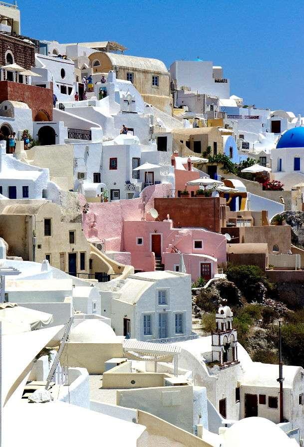 Charakterystyczna zabudowa Santorini (Grecja) - Santorini to grecka wyspa współtworząca archipelag o tej samej nazwie, który z kolei jest częścią większego skupiska wysp zwanego Cykladami. Jej nazwa oznacza świętą Irenę. Dzisiejszy kszt (7×7)