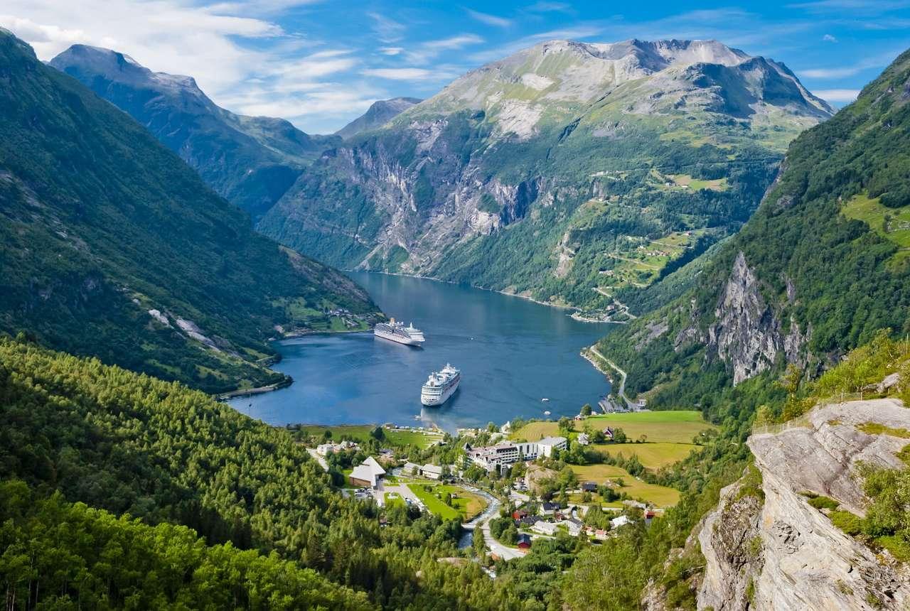 Fiord Geiranger (Norwegia) - Fiord Geiranger leży w południowo-zachodniej Norwegii, w regionie Møre og Romsdal. Ma długość 15 kilometrów, ze skał spływają liczne malownicze wodospady. Rozległość fiordu gwarantuje ró (13×10)