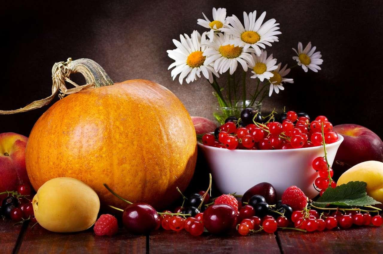 JESIENNE WARZYWA I OWOCE - Późne lato i jesień to czas obfitości w życiu przyrody - wówczas następują zbiory wielu gatunków owoców i warzyw, kwitną jesienne gatunki kwiatów. Dlatego ze schyłkiem lata kojarzą się (7×5)