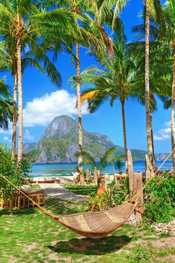 """Wypoczynek w hamaku (Filipiny) - Hamak to rodzaj leżaka rozpiętego na kołkach, hakach lub między dwoma drzewami. Do Europy sprowadził go najprawdopodobniej Krzysztof Kolumb. Podwieszane łóżka były swego czasu popularnym """"p (9×11)"""