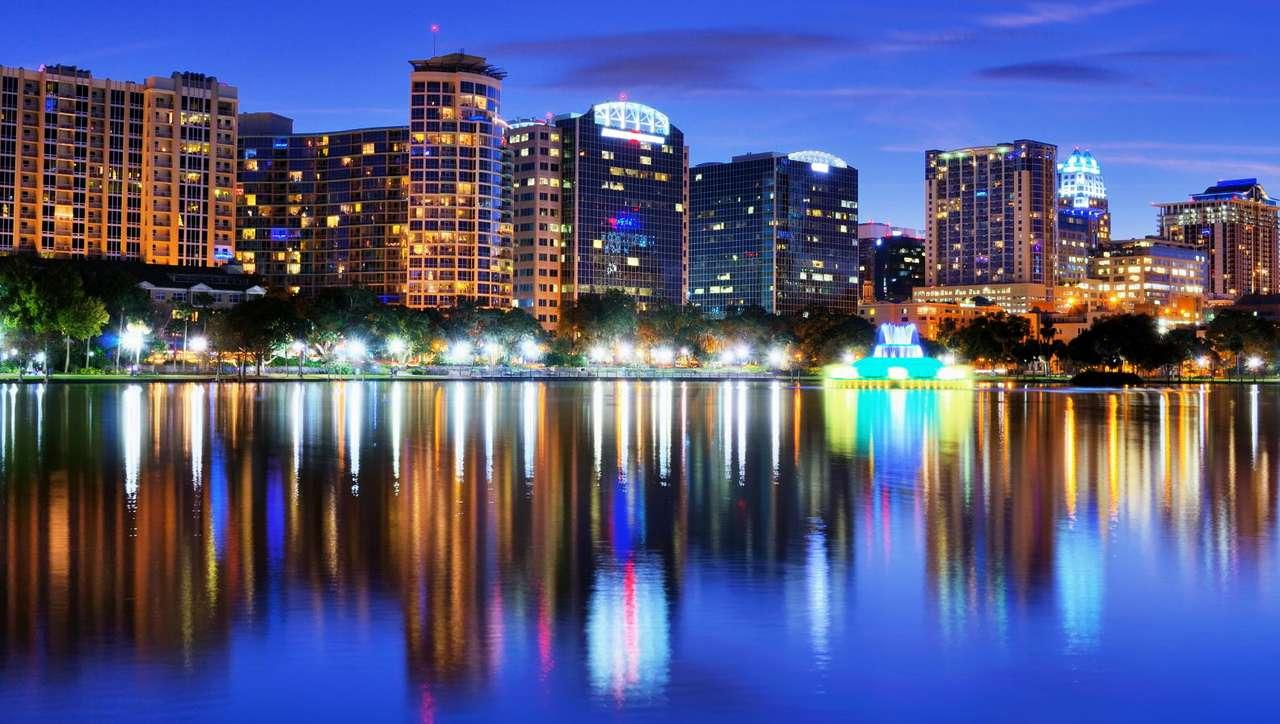 Jezioro Eola w Orlando (USA) - Jezioro Eola położone jest w samym centrum miasta Orlando na Florydzie. Po zachodzie słońca uwagę przechodniów przykuwa piękna iluminacja linii brzegowej oraz pobliskich biurowców. Taflę wody (12×7)