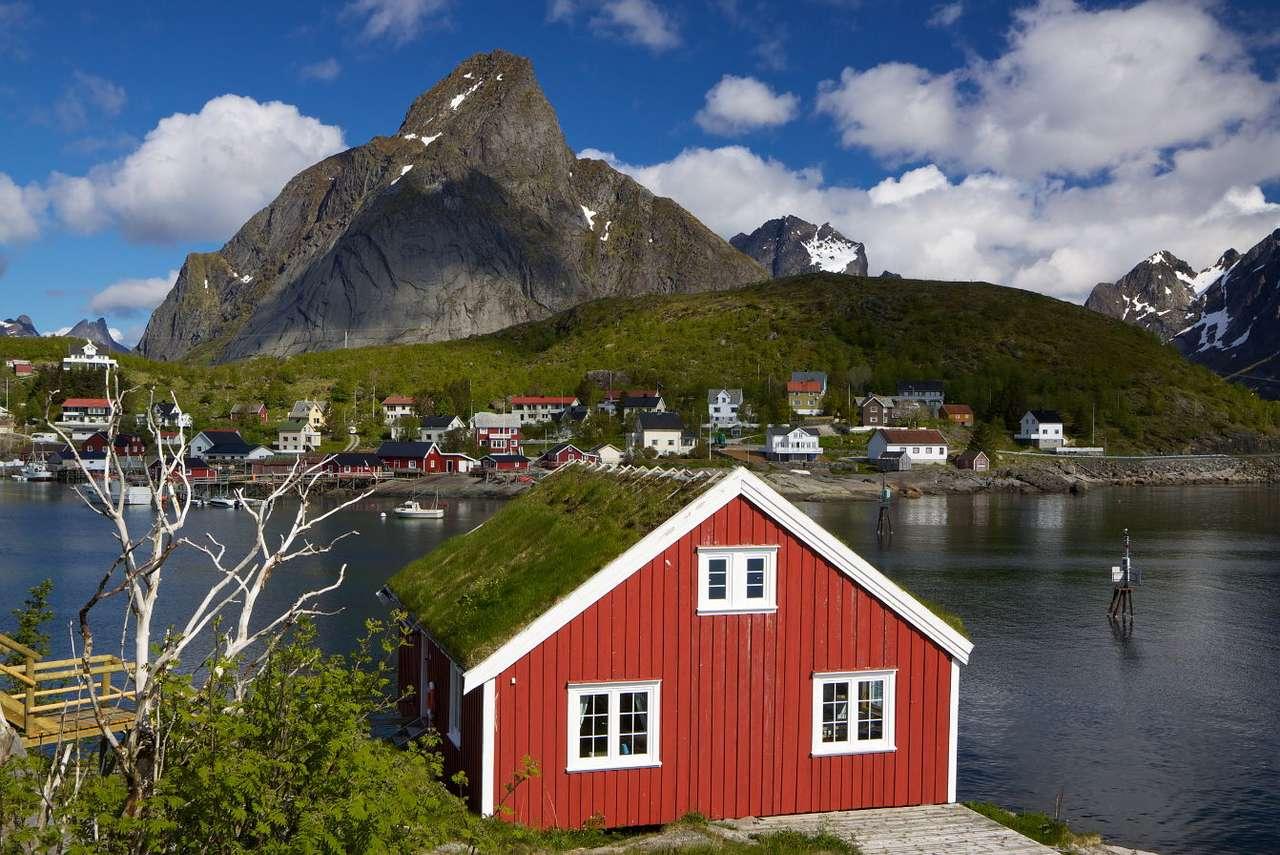 Dom w Reine (Norwegia) - Wioska rybacka Reine leży na norweskiej wyspie Moskenesøya, należącej do archipelagu Lofoty. Charakterystyczną zabudową tej części Norwegii są niewielkie drewniane domy w połowie podtrzymywa (11×8)