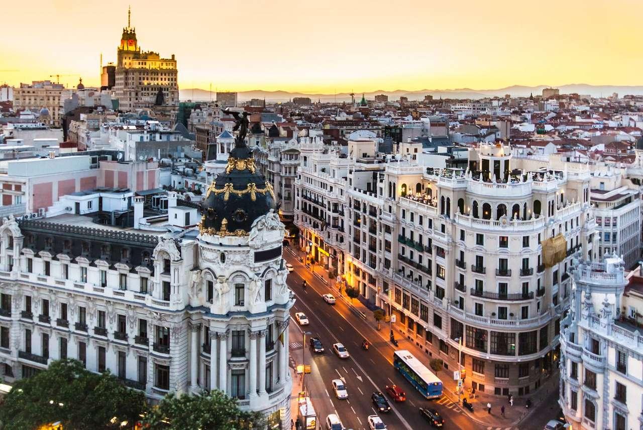 Gran Vía w Madrycie (Hiszpania) - Gran Vía to jedna z najbardziej reprezentacyjnych ulic hiszpańskiej stolicy, przy której mieści się mnóstwo sklepów, hoteli, modnych punktów gastronomicznych i przeróżnych instytucji kultura (8×5)