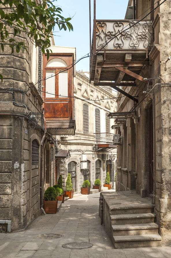Uliczka w Baku (Azerbejdżan) - Baku to stolica i zarazem największe miasto Azerbejdżanu. Pierwsze pisane wzmianki o tej osadzie pochodzą już z I w. n.e., ale najstarsze zachowane budowle na terenie starego miasta datuje się na (8×11)