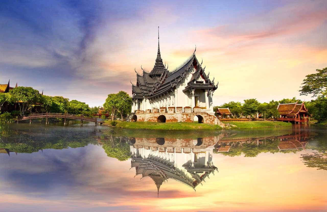 """Pałac Sanphet Parasat w Bangkoku (Tajlandia) - Pałac Sanphet Prasat , znany także jako """"Biały Pałac"""", został wzniesiony na polecenie Baromatrai Lokanat, ósmego władcy Królestwa Ayuttaya (dziś jedna z prowincja Tajlandii, położona ok (8×6)"""
