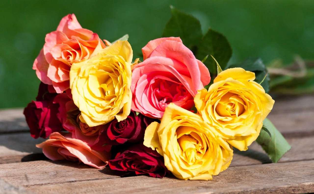 Bukiet wielobarwnych róż - Symbolika róży jest bardzo różnorodna i w zależności od kontekstu może odwoływać się do wielu skojarzeń. Jednym z podstawowych kryteriów przypisywania tym kwiatom różnych znaczeń jest i (8×5)