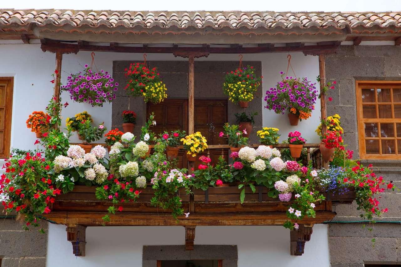 Ukwiecony balkon w Teror (Hiszpania) - Miasto Teror położone jest na wyspie Gran Canaria w archipelagu Wysp Kanaryjskich, należących do terytorium Hiszpanii. Miasteczko stanowi popularny cel wycieczek turystycznych oraz pielgrzymek. Mi (15×11)