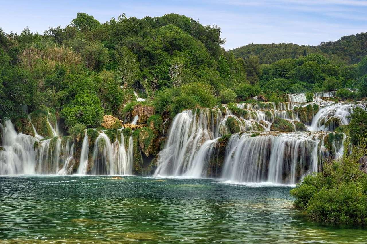 Wodospady na rzece Krka (Chorwacja) - W środkowym i dolnym biegu rzeki Krka znajduje się Park Narodowy Krka, jeden z ośmiu parków narodowych w Chorwacji. Został założony w 1985 roku, by chronić niepowtarzalny ekosystem rzeki, ale (8×6)