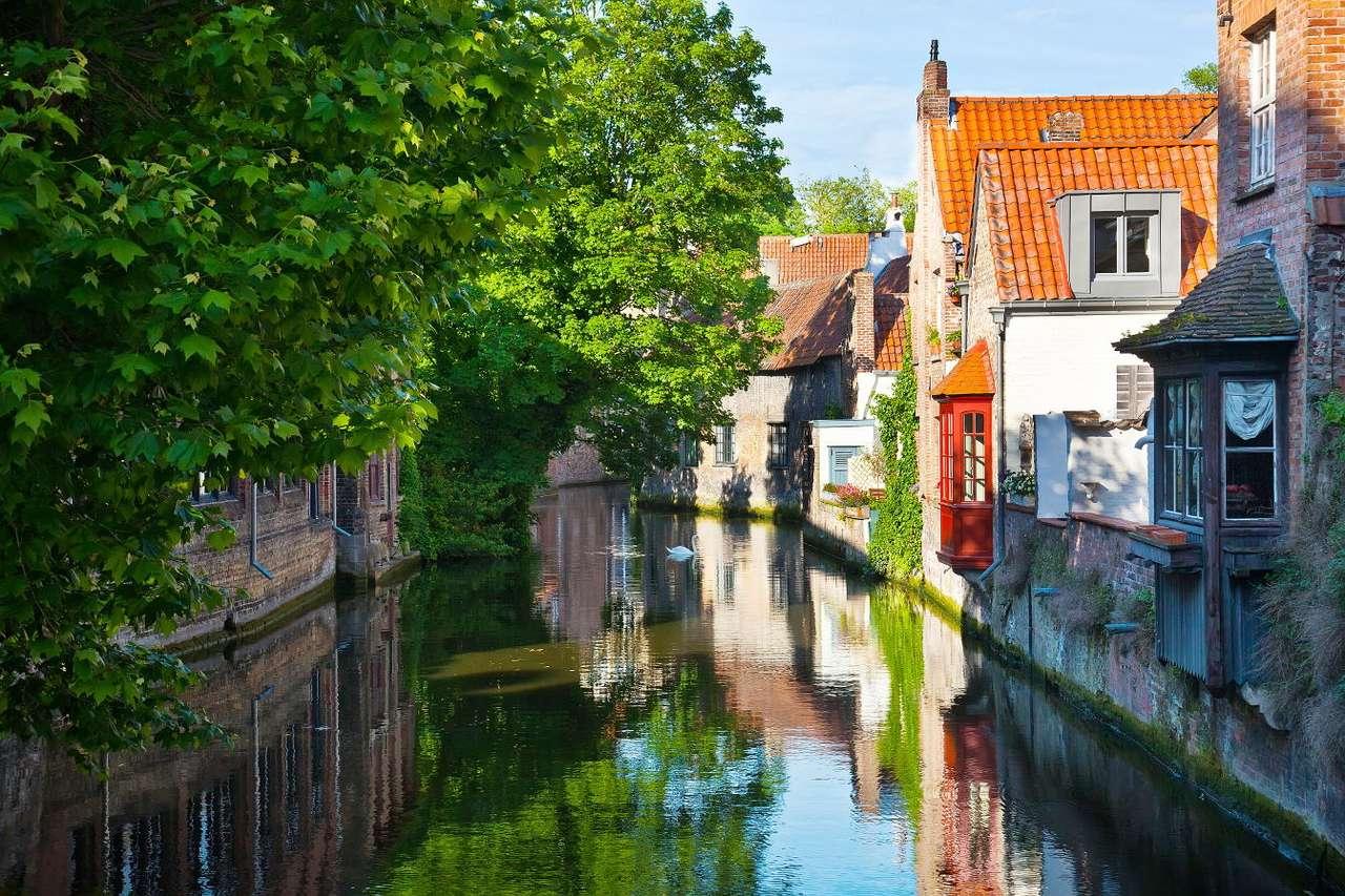 """Uliczka nad kanałem w Brugii (Belgia) - Brugia to największe miasto Flandrii, krainy historycznej położonej na terenie Belgii. Jego nazwa wywodzi się ze staroniderlandzkiego słowa oznaczającego """"most"""" i nawiązuje do charakterysty (12×8)"""