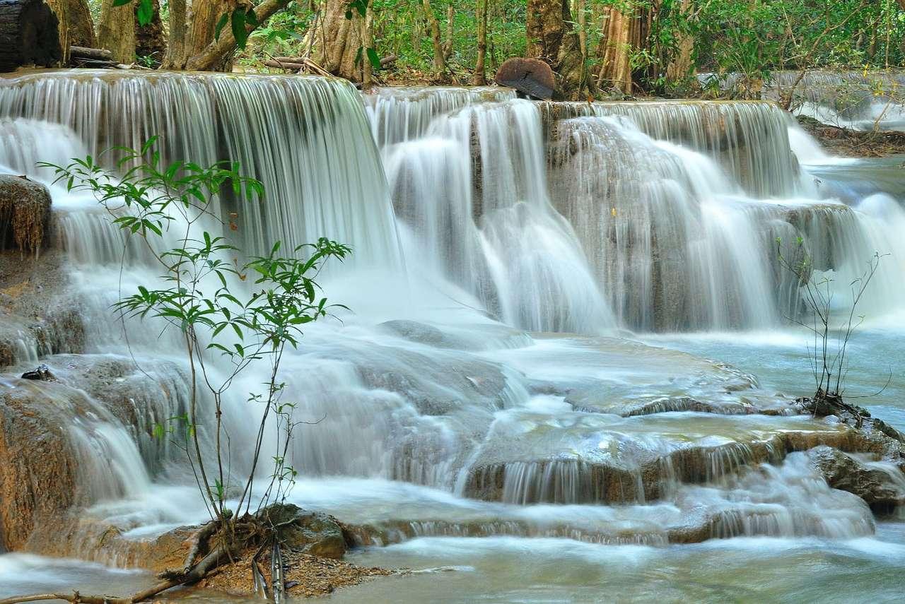 Wodospad Huai Mae Khamin (Tajlandia) - Widoczny na zdjęciu wodospad Huai Mae Khamin znajduje się na terenie Parku Narodowego Khuan Sri Nakharin w Tajlandii. Jest znany nie tylko ze względu na wielopoziomowe tarasy wypełnione wodą, lec (11×8)