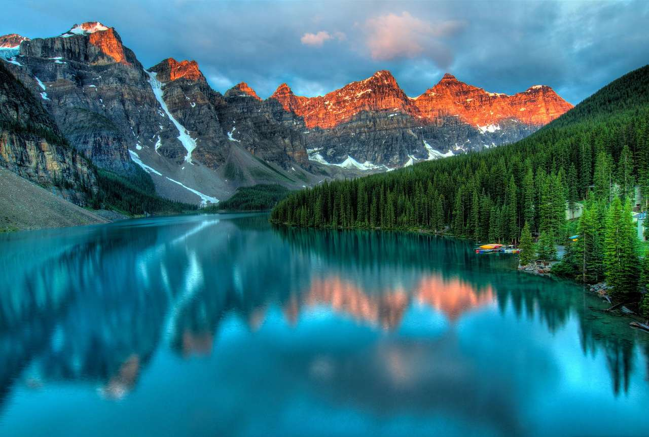Wschód słońca nad jeziorem morenowym (Kanada) - Jezioro morenowe to akwen polodowcowy, najczęściej o dużej powierzchni, ale niezbyt głęboki. Zjawiskowe jeziora glacjalne znajdują się na całym świecie, między innymi w Ameryce Północnej (10×8)