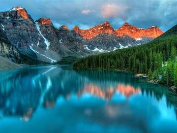 Wschód słońca nad jeziorem morenowym (Kanada)