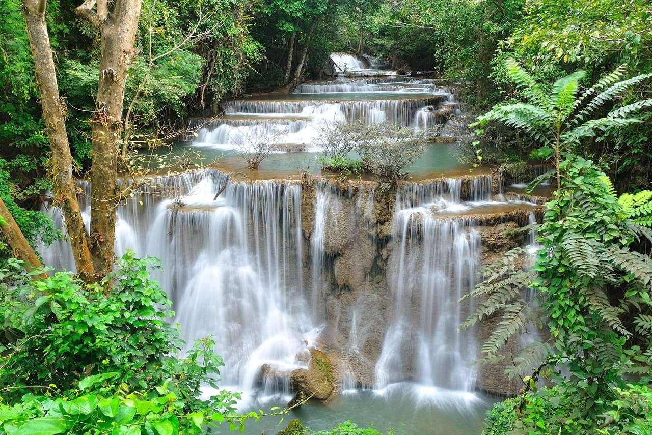 Wodospad Huai Mae Khamin (Tajlandia) - Wodospad Huai Mae Khamin leżący na terenie Parku Narodowego Khuan Sri Nakharin jest jedną z największych atrakcji turystycznych regionu. W każdym z siedmiu tarasów wodospadu znajduje się jezior (11×8)
