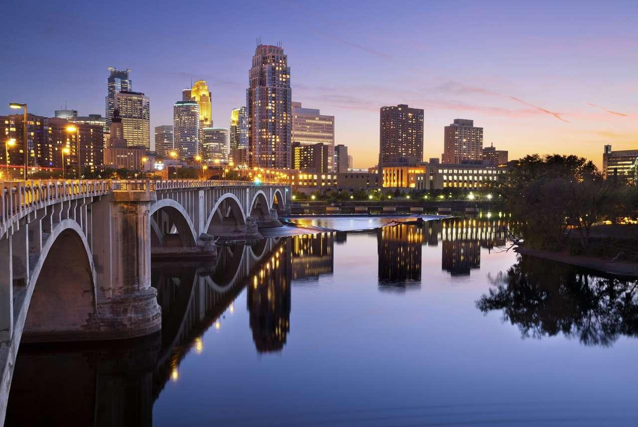 Zachód słońca w Minneapolis (USA) - Minneapolis jest największym miastem w stanie Minnesota i leży nad rzeką Missisipi. Wraz ze stolicą stanu, Saint Paul, Minneapolis tworzy wielką aglomerację zwaną Twin Cities. Nazwa miasta ozna (8×6)