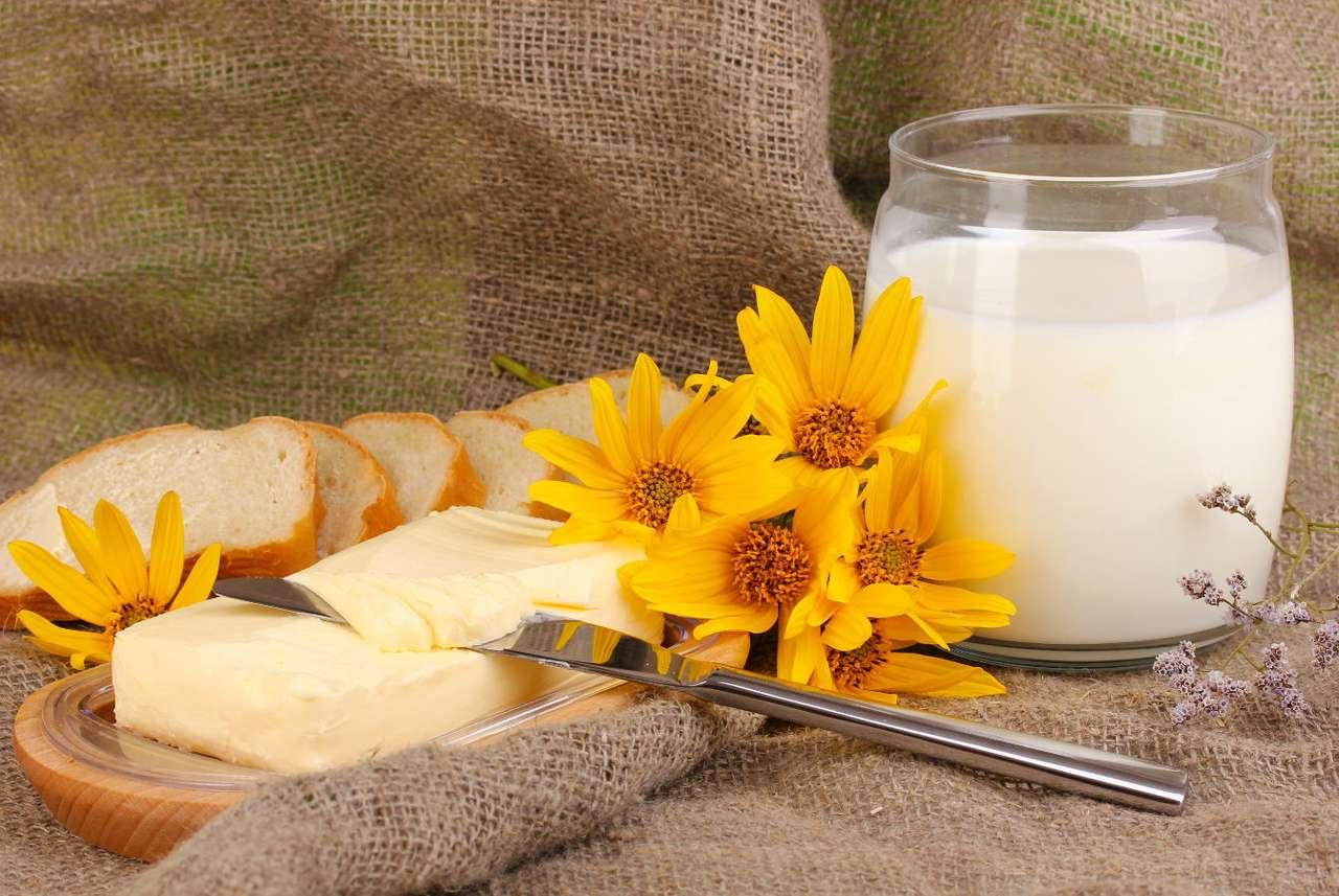Martwa natura z kostką masła - Masło to jadalny tłuszcz o stałej konsystencji wyrabiany ze śmietany, którym zwykło się smarować pieczywo, by wydobyć i poprawić jego smak. Obecnie możemy wybierać spośród różnych rodz (7×5)