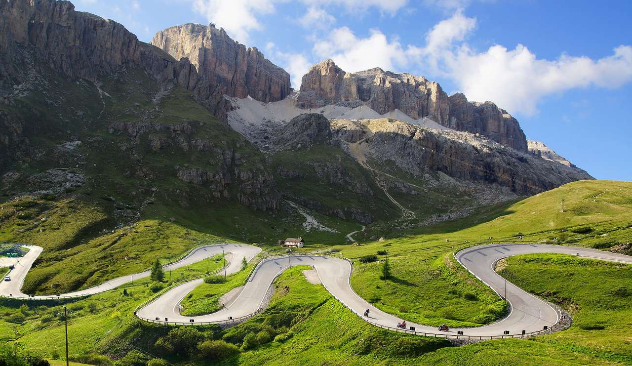 Serpentyny dróg w Dolomitach (Włochy)