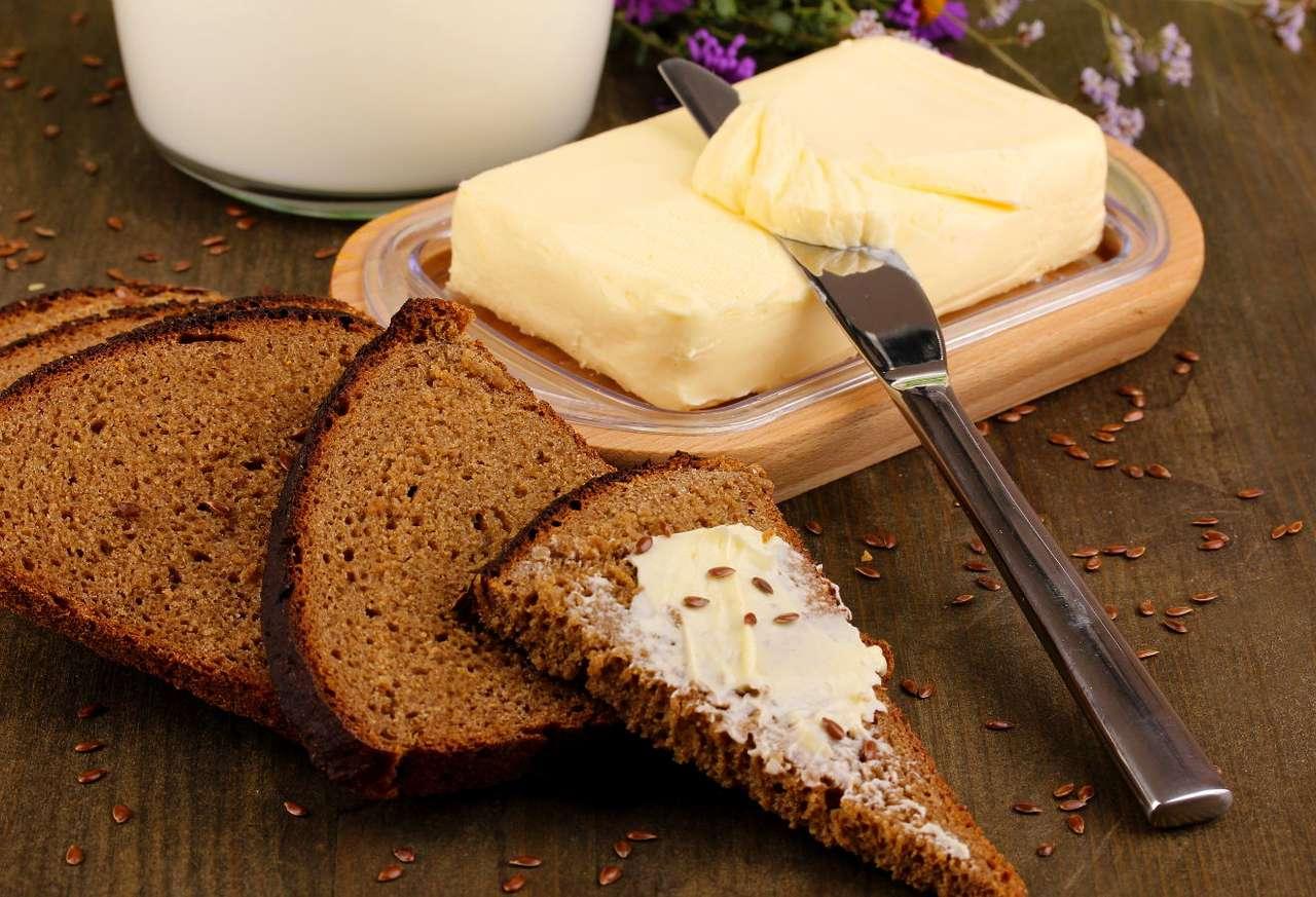 Ciemne, pełnoziarniste pieczywo - Chleb razowy, na przykład żytni, jest dużo zdrowszy niż popularne białe pieczywo. Zawiera więcej cennych witamin i minerałów, a przede wszystkim − korzystnie wpływający na nasz układ traw (12×9)