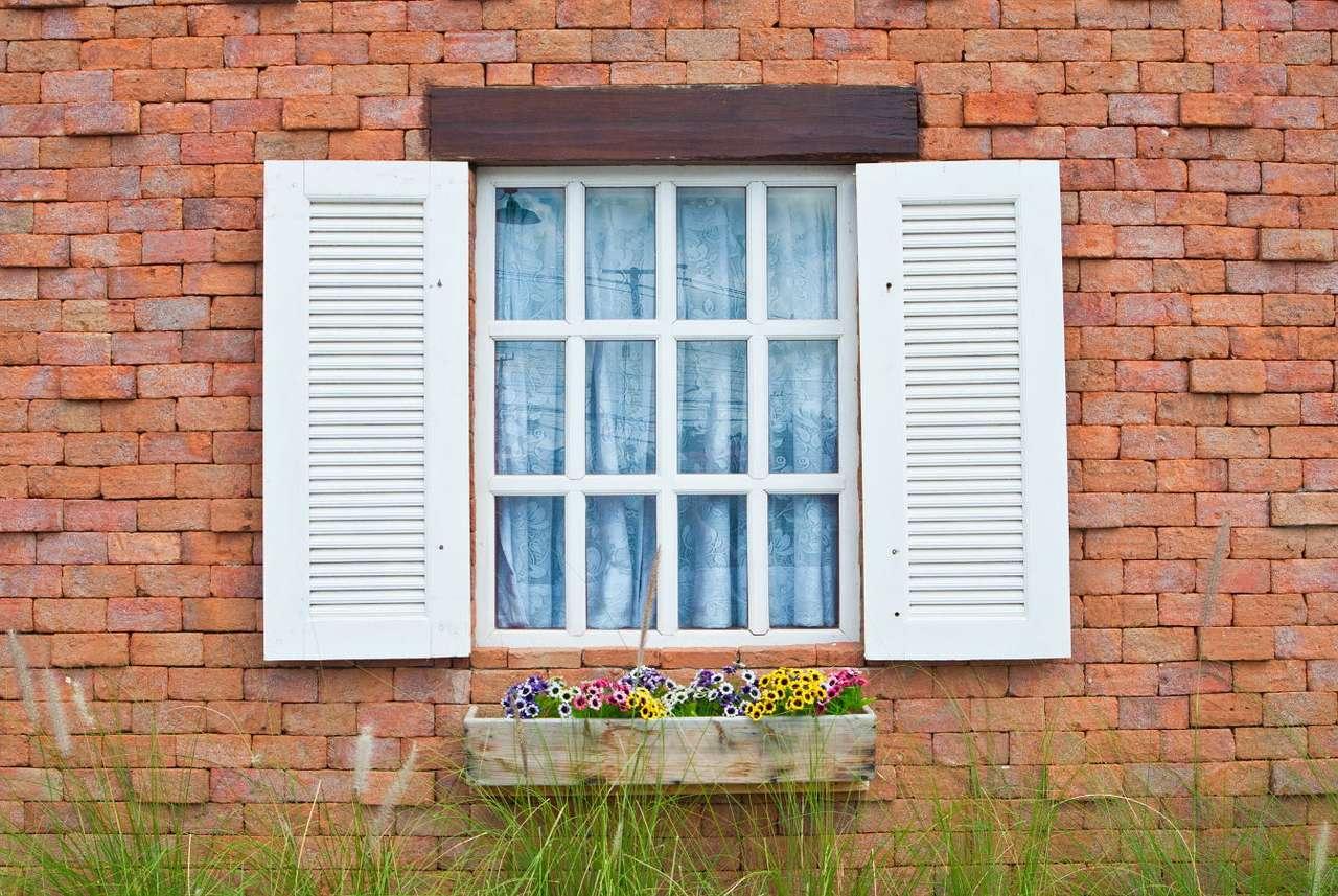 Okiennice w stylu vintage - Okiennice chronią przed włamaniami, zapobiegają przeciągom i strzegą prywatności domowników. Już jakiś czas temu zostały wyparte przez bardziej praktyczne żaluzje i rolety, niemniej posiada (14×9)