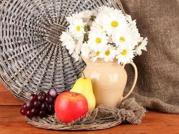 Martwa natura z owocami i bukietem kwiatów