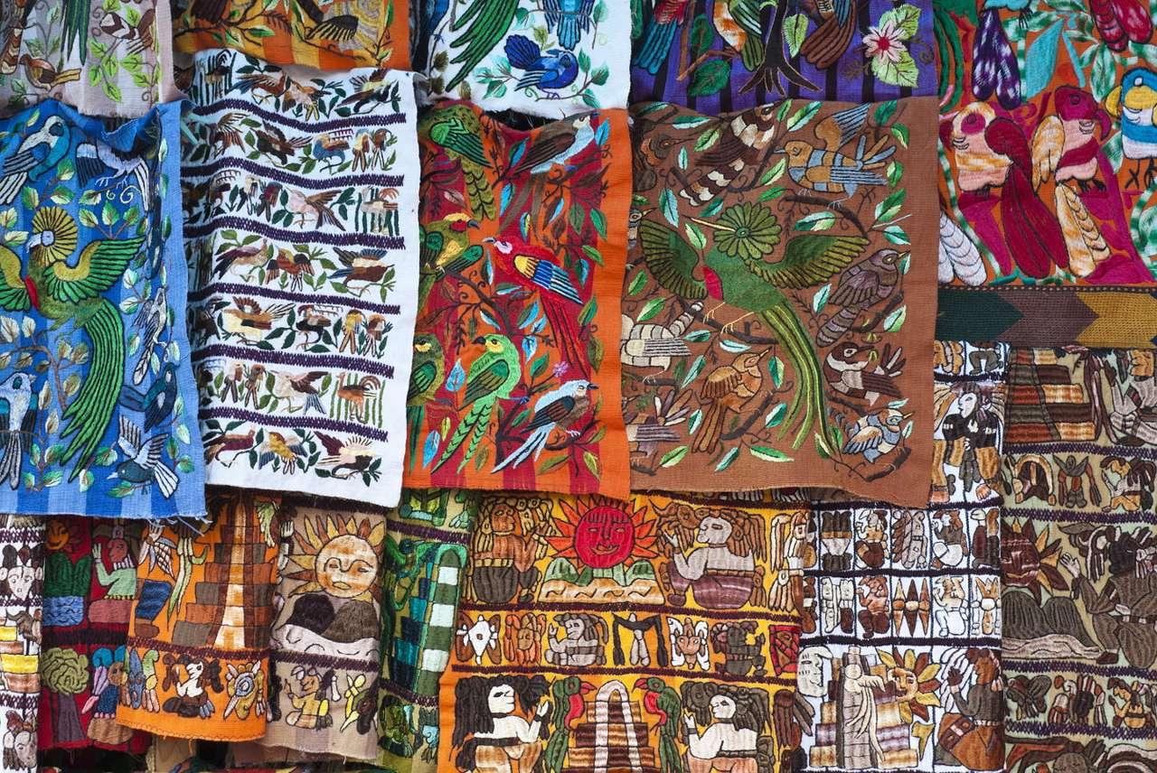 Materiały na targu w Chichicastenango (Gwatemala) - Chichicastenango to miasto położone w Gwatemali, silnie związane z kulturą Majów. Turyści odwiedzający to miejsce chętnie odwiedzają lokalny targ, otwierający swe podwoje dla kupujących dwa (20×14)