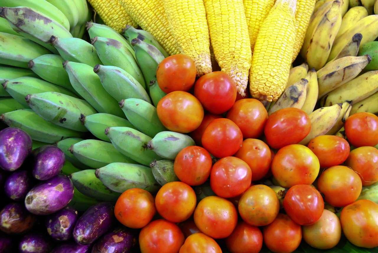 Świeże owoce i warzywa - Owoce i warzywa są ważnym składnikiem naszej diety. W sklepach i na targach mamy obecnie ogromny wybór jadalnych roślin zagranicznych i krajowych, zarówno świeżych, jak i mrożonych. Z owoców (14×9)