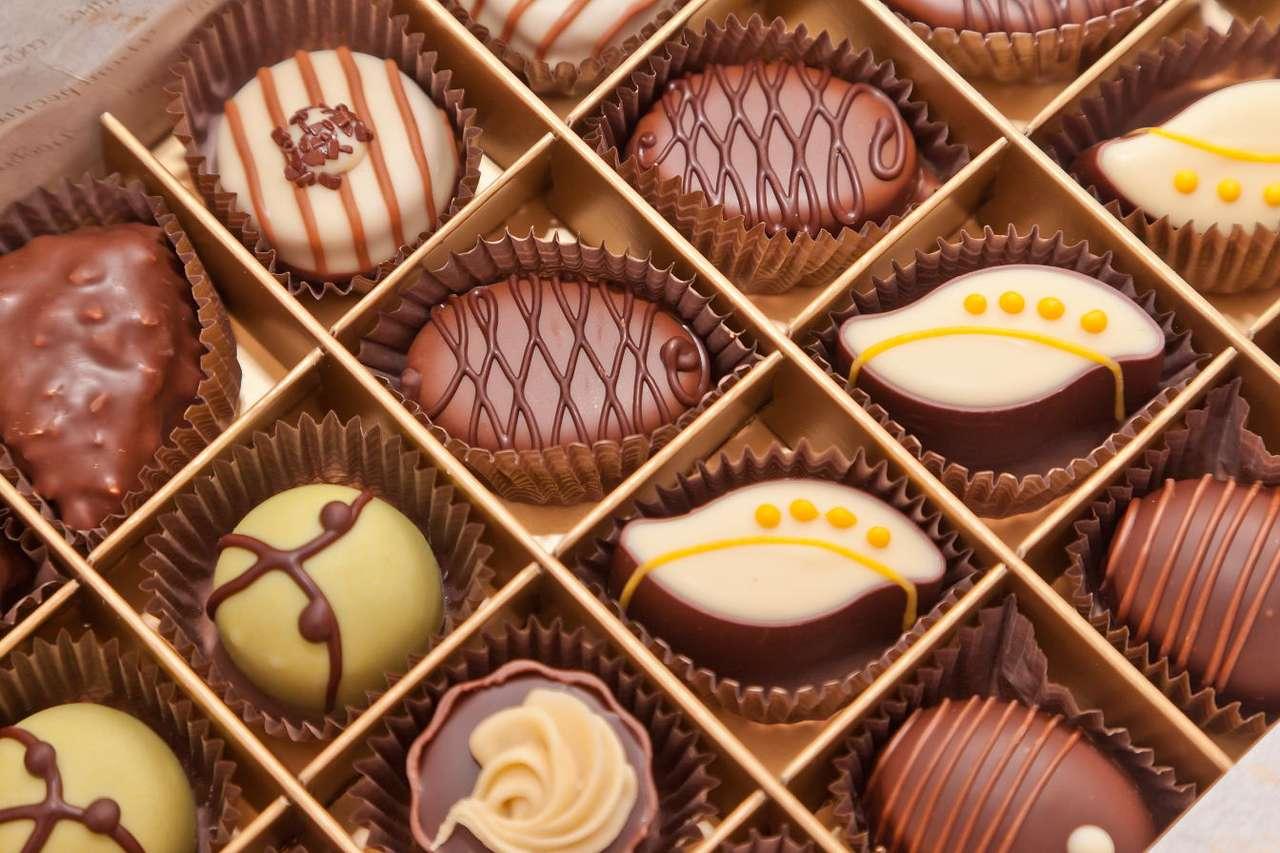 Czekoladki - Występują w różnych kształtach i smakach. Mogą to być wykwintne, ręcznie robione praliny lub słodycze produkowane na masową skalę. Bez wątpienia każdy znajdzie idealne czekoladki dla sieb (12×8)
