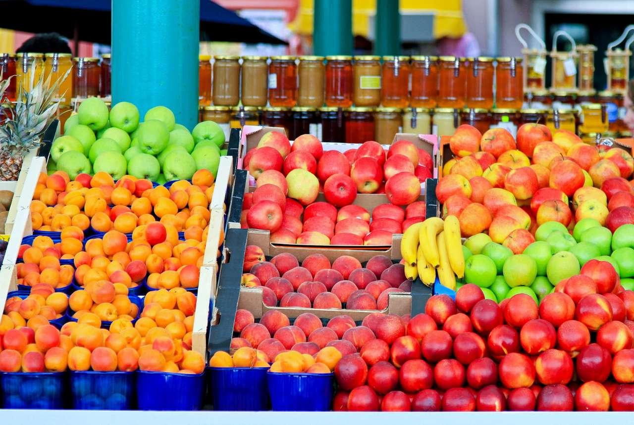 Świeże owoce na rynku - Chociaż znajdziemy je w każdym supermarkecie, również po postacią przetworów i mrożonek, warto od czasu do czasu zaopatrzyć się w świeże, organiczne owoce. W tym celu najlepiej udać się n (16×11)