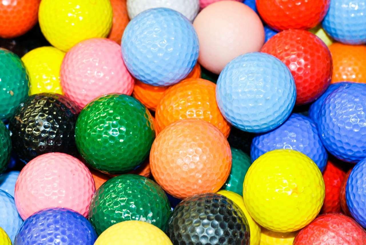 Kolorowe piłki golfowe - Piłka golfowa, na pierwszy rzut oka być może niepozorna, ma ściśle określone parametry gwarantujące, że dobrze będzie spełniać swoje zadanie. Oprócz odpowiedniej wagi i średnicy, piłka w (14×10)