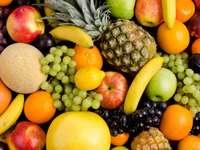 Martwa natura z różnokolorowymi owocami