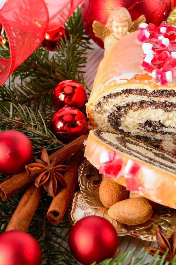Makowiec w bożonarodzeniowej oprawie - Potrawy z maku stanowią ważną pozycję bożonarodzeniowego menu w krajach europejskich. Od wieków, zgodnie z regionalną tradycją, wypieka się ciasta z ziarnami maku albo przygotowuje desery na (11×17)