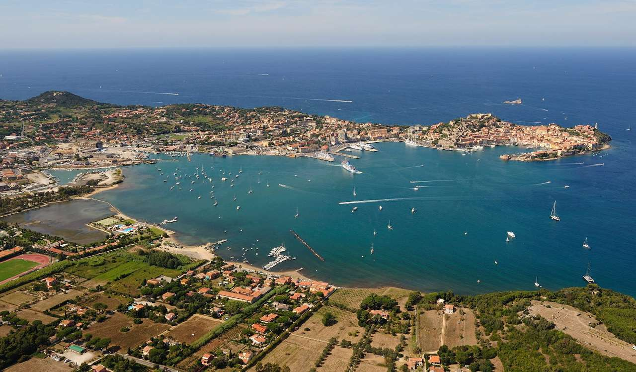 Panorama wyspy Elby (Włochy) - Elba jest największą wyspą w Archipelagu Toskańskim i trzecią, po Sycylii i Sardynii, największą wyspą Włoch. Dzięki ogromnemu zróżnicowaniu krajobrazu, od piaszczystych plaż, przez teren (11×6)