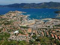 Miasto i port Portoferraio na Elbie (Włochy)