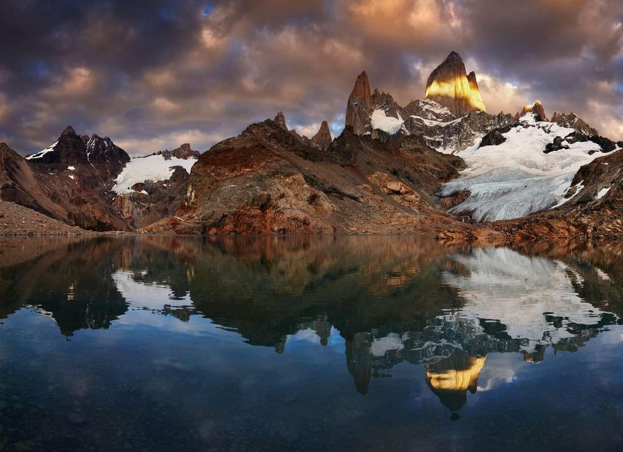 """Góra Fitz Roy nad Laguną de Los Tres (Argentyna) - Przez miejscowych Indian z plemienia Tehuelche góra Fitz Roy nazywana była Chaltén, czyli """"dymiącą górą"""". Nazwę swoją zawdzięcza temu, że często stoi otoczona gęstymi chmurami, powsta (9×7)"""