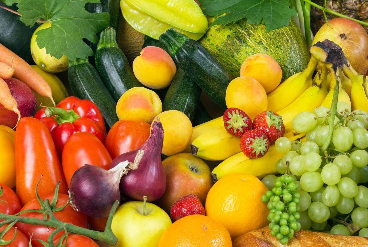 Martwa natura z kolorowymi warzywami i owocami - Dietetycy i lekarze dzielą warzywa i owoce na pięć grup kolorystycznych, z których każda ma inne działanie na organizm człowieka. Produkty z grupy czerwonej pomagają obniżyć ryzyko raka i re (17×11)