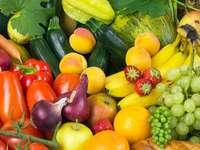 Martwa natura z kolorowymi warzywami i owocami