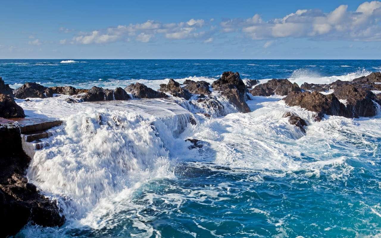 Naturalne baseny El Caletón w Garachico (Hiszpania) - Naturalne baseny wypełnione słodką wodą zlokalizowane są wzdłuż północno-zachodnich wybrzeży hiszpańskiej wyspy Teneryfy w miasteczku Garachico. Te niezwykłe formacje powstały w wyniku er (8×5)