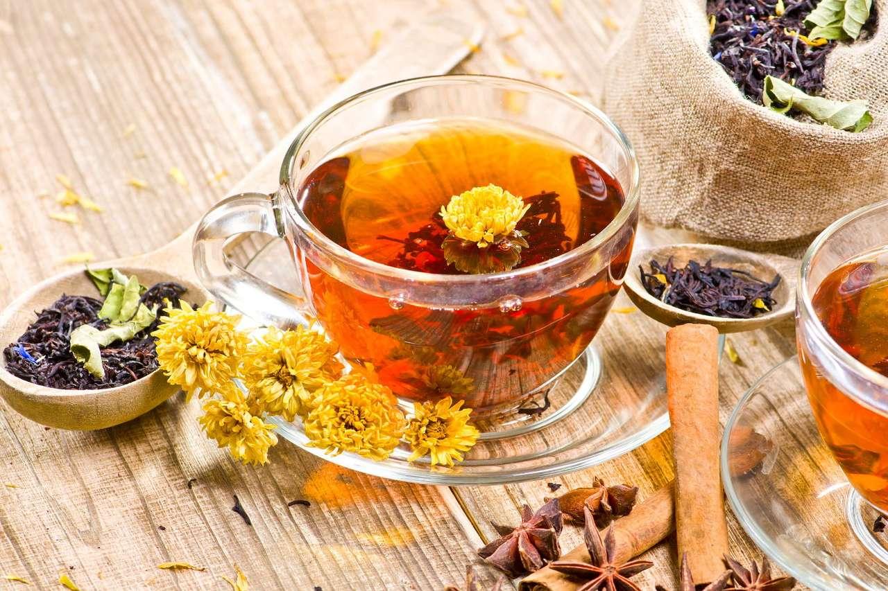 Czarna herbata z suszonymi płatkami kwiatów puzzle ze zdjęcia