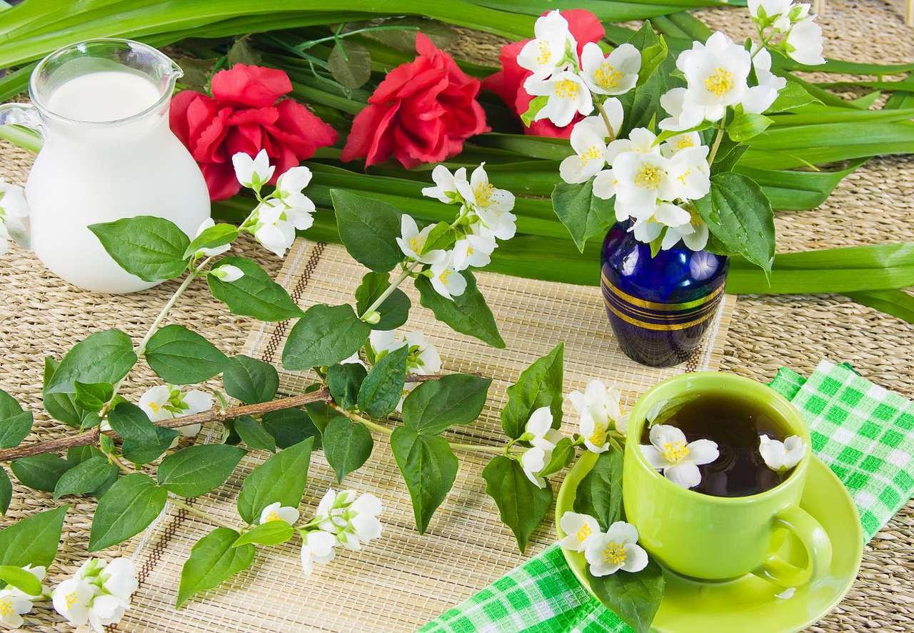 Kompozycja z zieloną herbatą i gałązkami jaśminu - Jaśmin to pięknie kwitnący krzew, rosnący w ciepłych i gorących regionach Europy, Afryki i Azji. Ze względu na przyjemny słodki zapach oraz walory estetyczne znany jest przede wszystkim jako r (13×10)