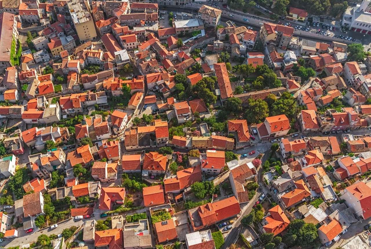 Widok z lotu ptaka na Szybenik (Chorwacja) - Szybenik to miasto portowe położone u ujścia rzeki Krki do Morza Adriatyckiego. W odróżnieniu od innych nadadriatyckich portów, które zakładane byłby przez starożytnych Greków i Rzymian, Sz (17×11)