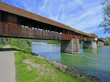 Zabytkowy drewniany most w Bad Säckingen (Niemcy)
