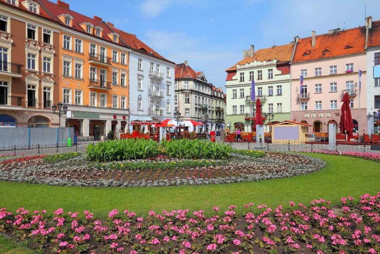 Rynek w Kaliszu - Kalisz (łac. Calisia) to najstarsze polskie miasto znajdujące się w województwie wielkopolskim. Rynek w Kaliszu ma kształt trapezu otoczonego starymi kamienicami w jasnych kolorach. Ich pogodne, (11×7)