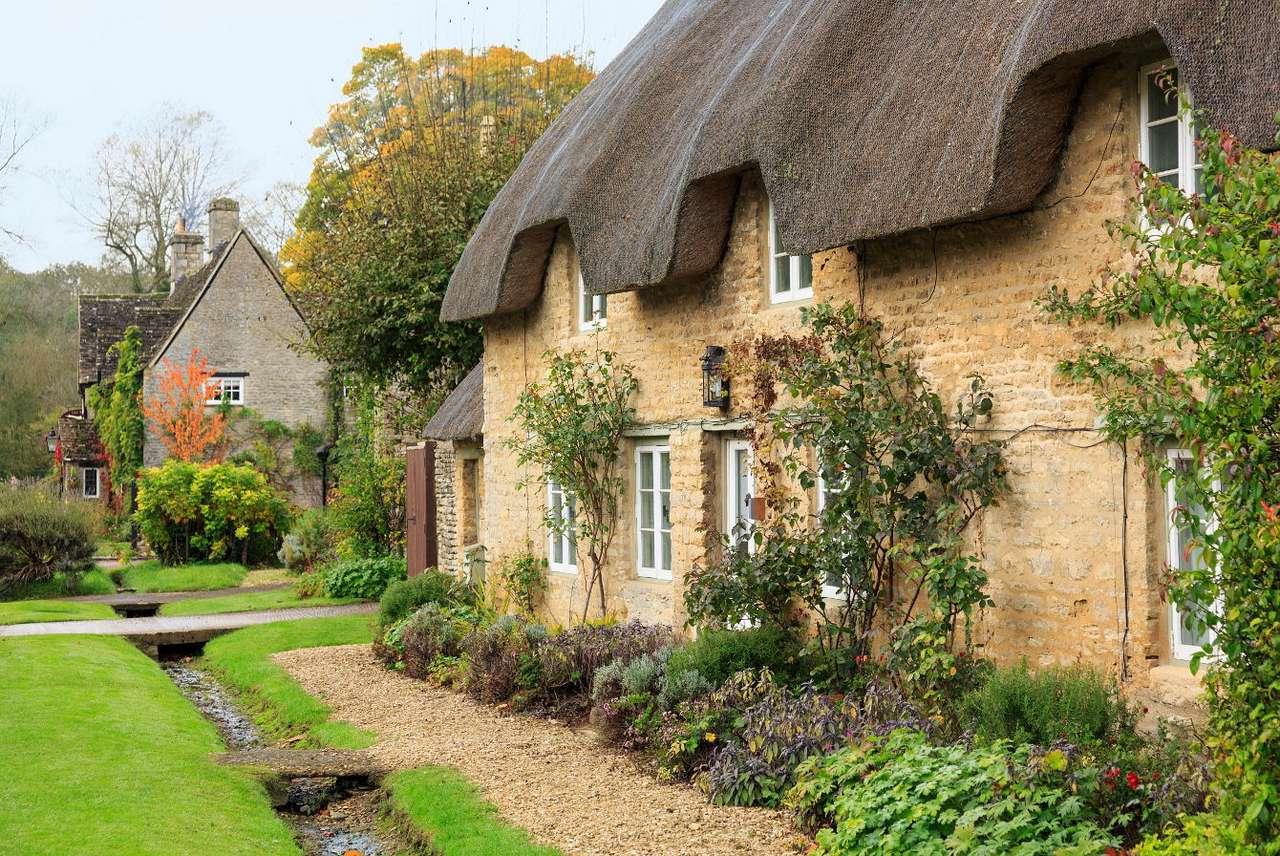 Wieś Minster Lovell (Wielka Brytania) - Minster Lovell to urokliwa angielska wieś położona w hrabstwie Oxfordshire nad rzeką Windrush. Wzdłuż jej doliny znajdziemy kamienne domy kryte strzechą i otoczone tradycyjnymi ogródkami letni (10×7)