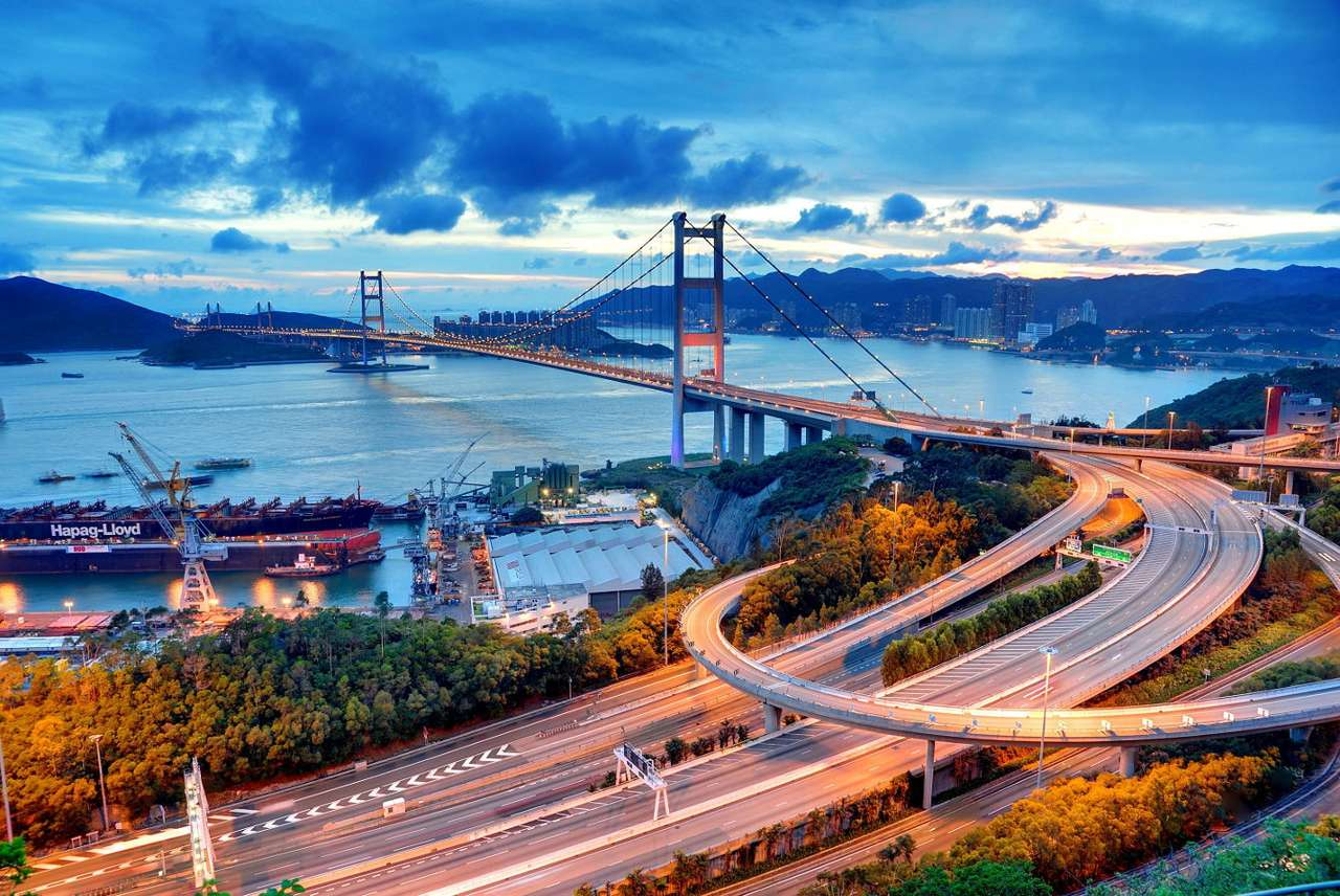Most Tsing Ma (Hong Kong) - Tsing Ma to most znajdujący się w Hong Kongu, rozpięty między dwiema wyspami − Ma Wan i Tsing Yi. Ten 1377-metrowy most ma dwa poziomy, obsługując jednocześnie linię kolejową i transport sa (10×7)
