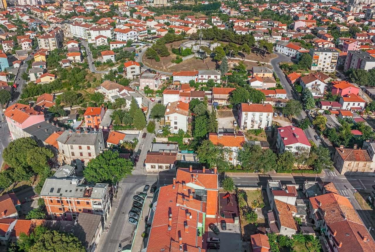 Pula (Chorwacja) - Pula to największe miasto na półwyspie Istria nad Morzem Adriatyckim. Śródziemnomorski klimat, plaże i zatoka pełna malowniczych wysepek to nie jedyne atrakcje turystyczne tego chorwackiego mia (16×11)
