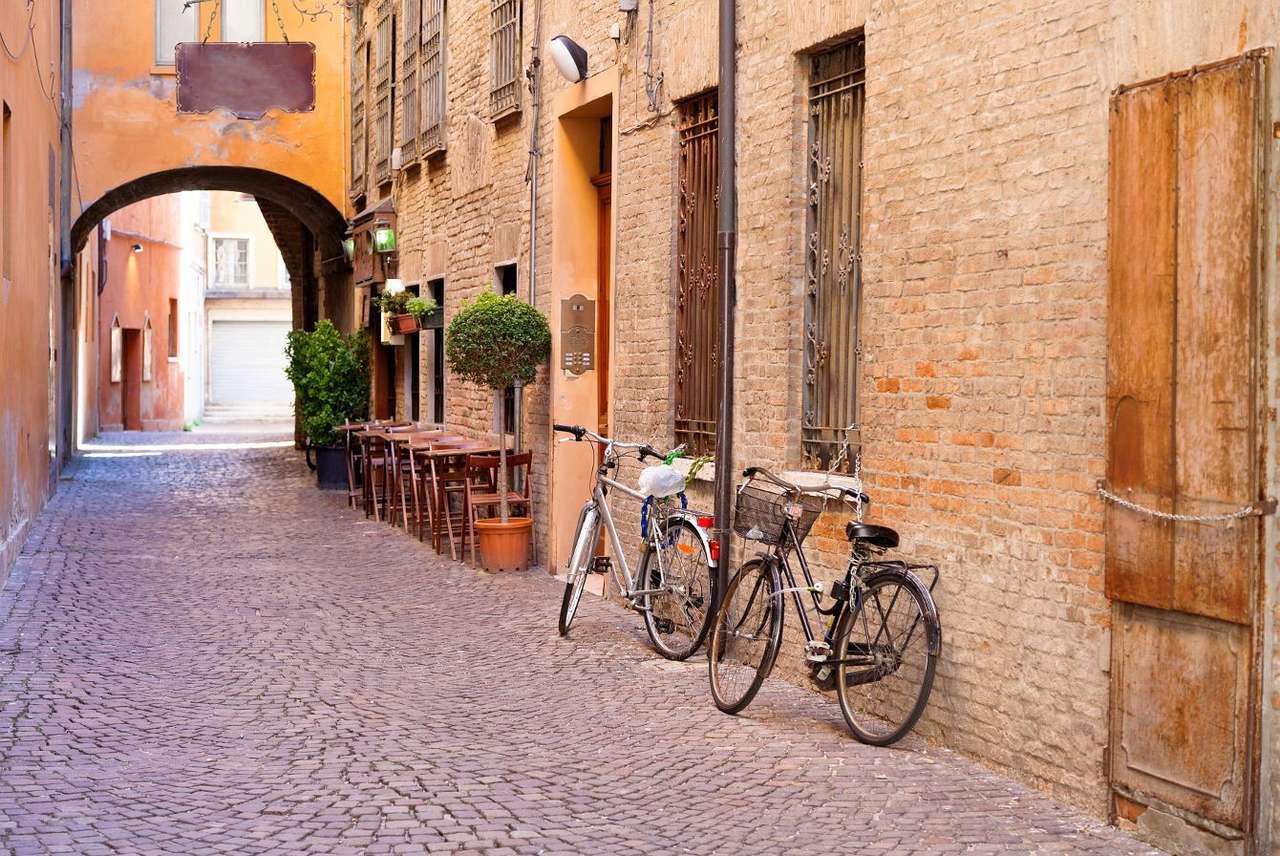 Uliczka w Ferrarze (Włochy)