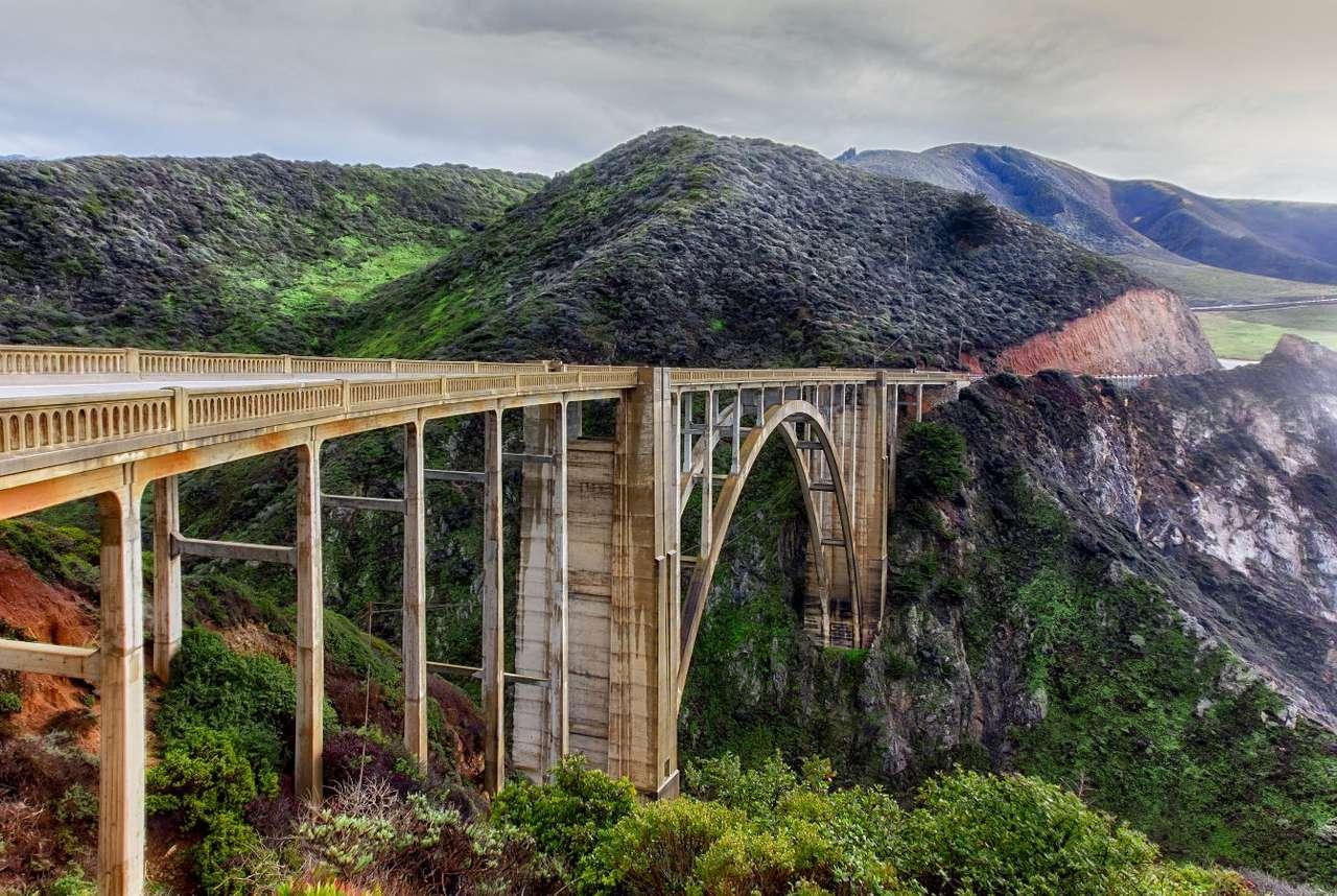 Bixby Bridge w Big Sur (USA) - Big Sur to region w stanie Kalifornia chętnie odwiedzany przez turystów ze względu na wspaniałe krajobrazy. Jego nazwa pochodzi od hiszpańskich słów el sur Grande, czyli wielkie południe. W 19 (11×5)
