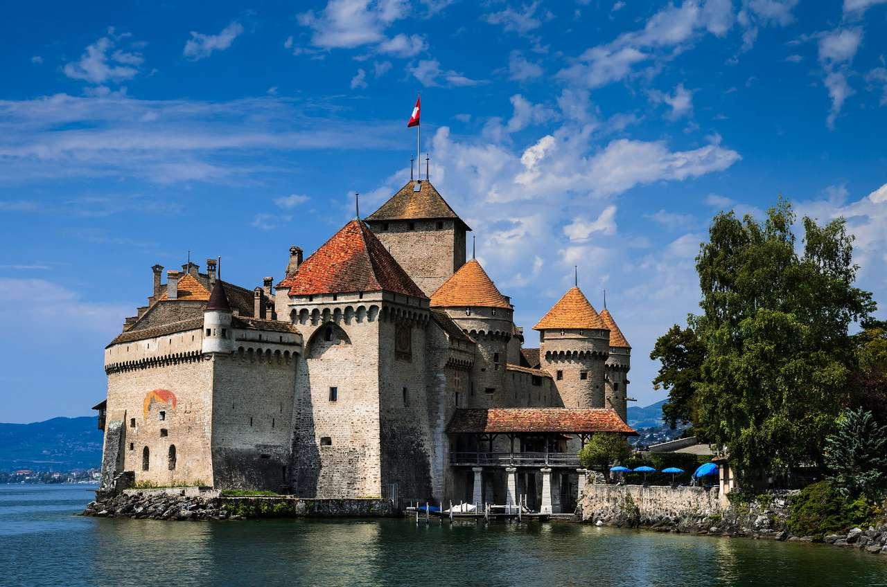 Zamek Chillon (Szwajcaria) - Château de Chillon to średniowieczny zamek zlokalizowany w Szwajcarii, nad Jeziorem Genewskim. Ze względu na dogodne usytuowanie, budowla pełniła kluczowe funkcje warowne i obronne. W wiekach śr (9×6)